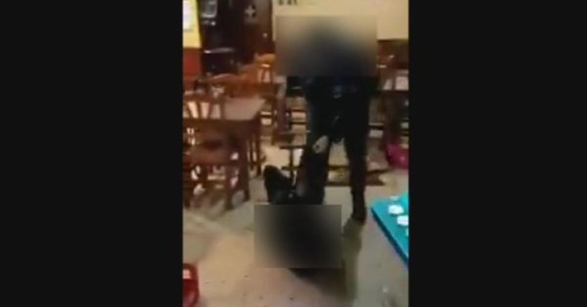 Captura del vídeo en el que se ve cómo un guardia urbano de Lleida da una paliza a un joven en un bar.