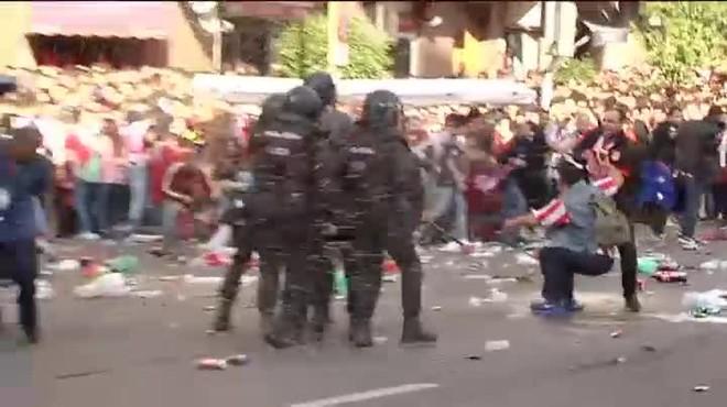La tensió entre els seguidors va obligar la Policia a carregar contra els seguidors més violents.