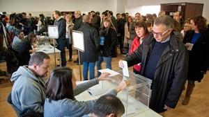 Voto en el colegio electoral de Sant Julià de Ramis (Gironès).