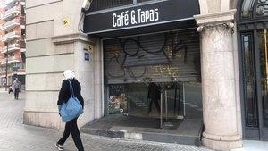 Una cafetería cerrada, ante eldecreto de la Generalitat de Catalunya debido ala pandemia del coronavirus.