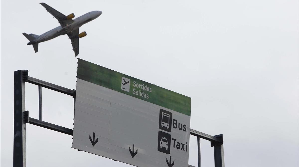 Un avión despegando de la T1 del aeropuerto de El Prat.