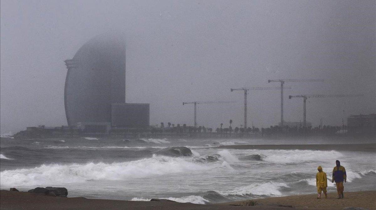 Imagen de archivo del litoral de Barcelona bajo los efectos de un temporal.