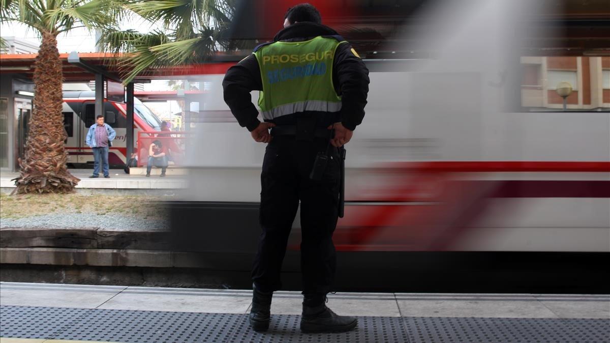 Foto de archivo de un vigilante de seguridad en la estación de Renfe de Mataró