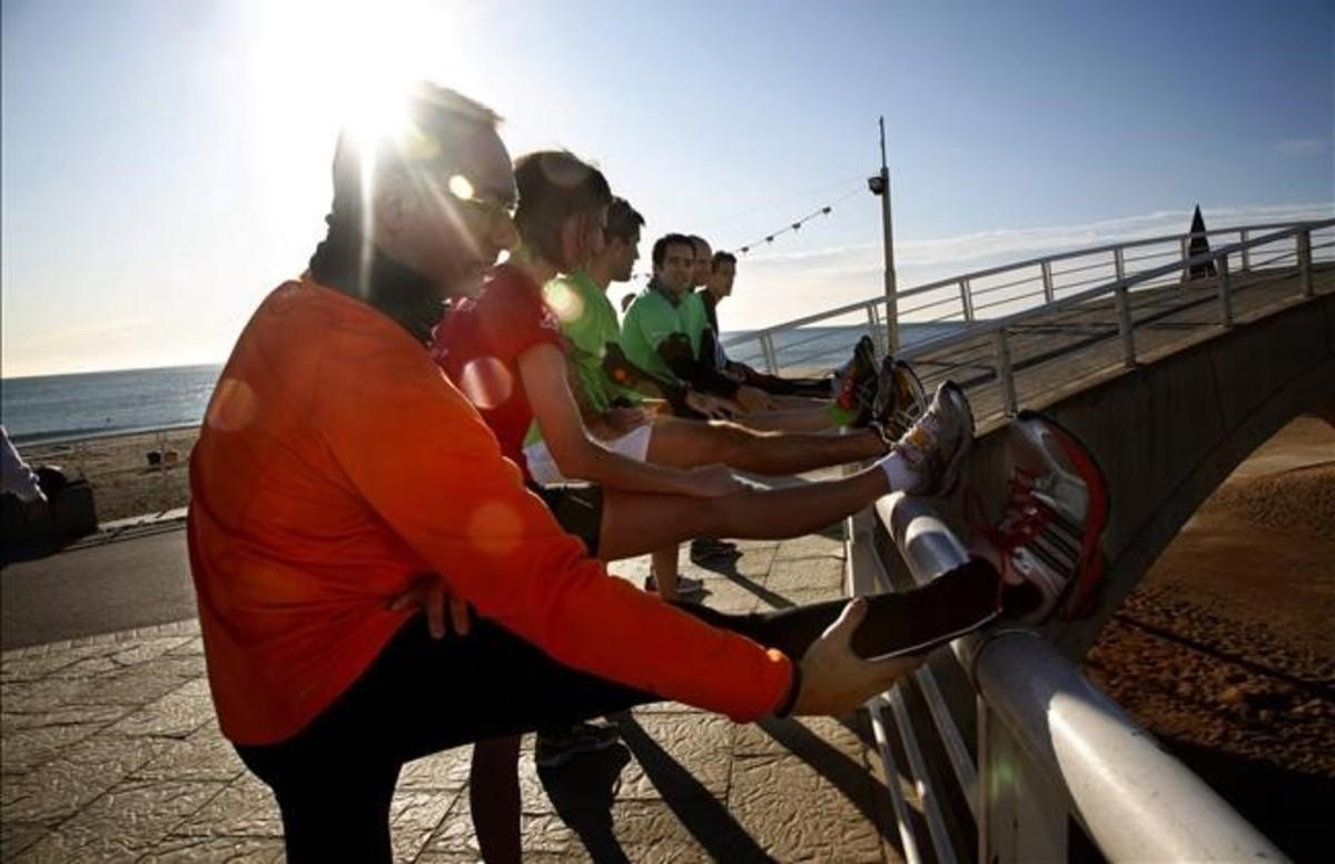 Aficionados a correr en el Paseo Marítimo en Poblenou