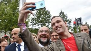 Martin Schulz se hace un selfi con un seguidor.