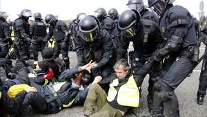 Agentes de la Brimo de los Mossos desalojan por la fuerza a los manifestantes de la AP-7, a la altura de Figueres.