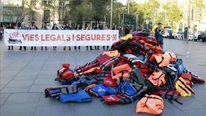 Armilles de Proactiva inunden el centre de Barcelona pels refugiats
