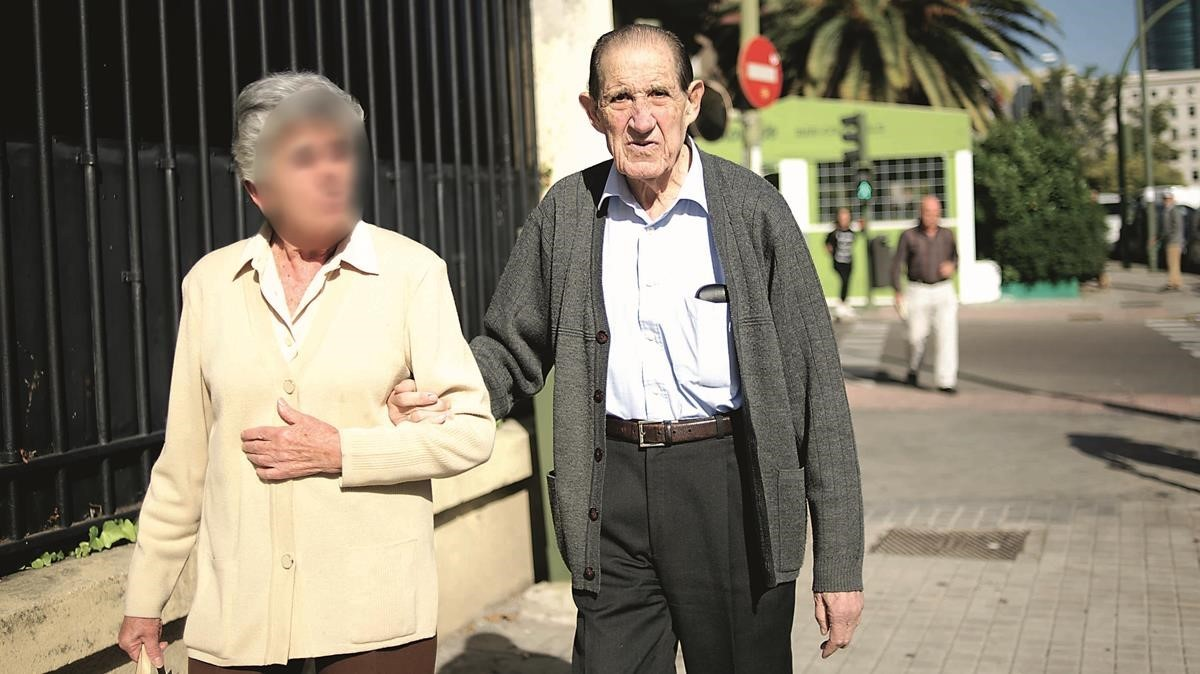 El doctor Eduardo Vela y su esposa fueron fotografiados por la revista Interviú mientras paseaban por Madrid.