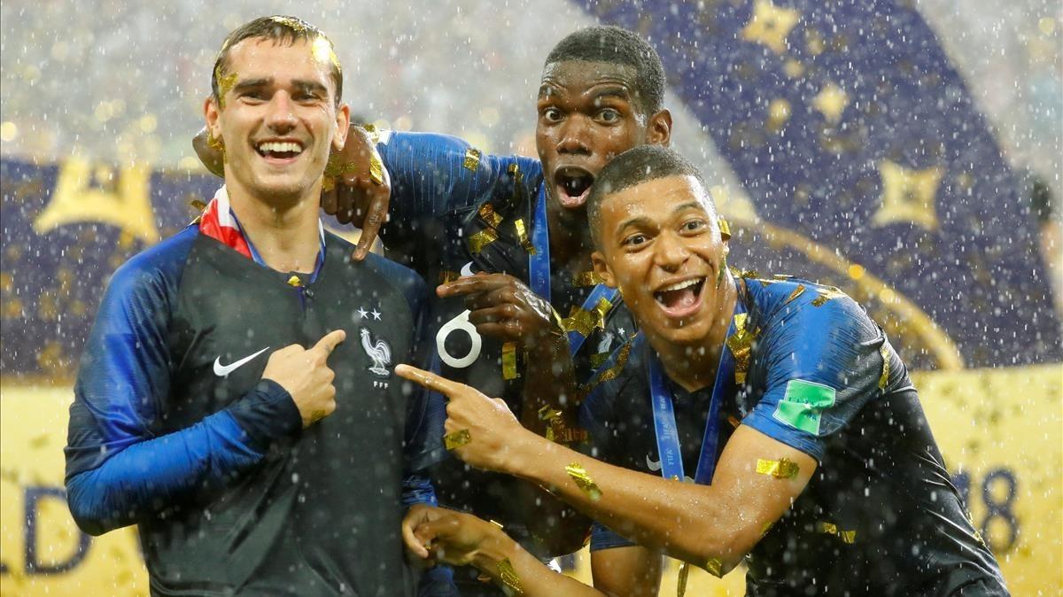 Griezmann, Pogba y Mbappé celebrando la segunda estrella como campones del mundo.