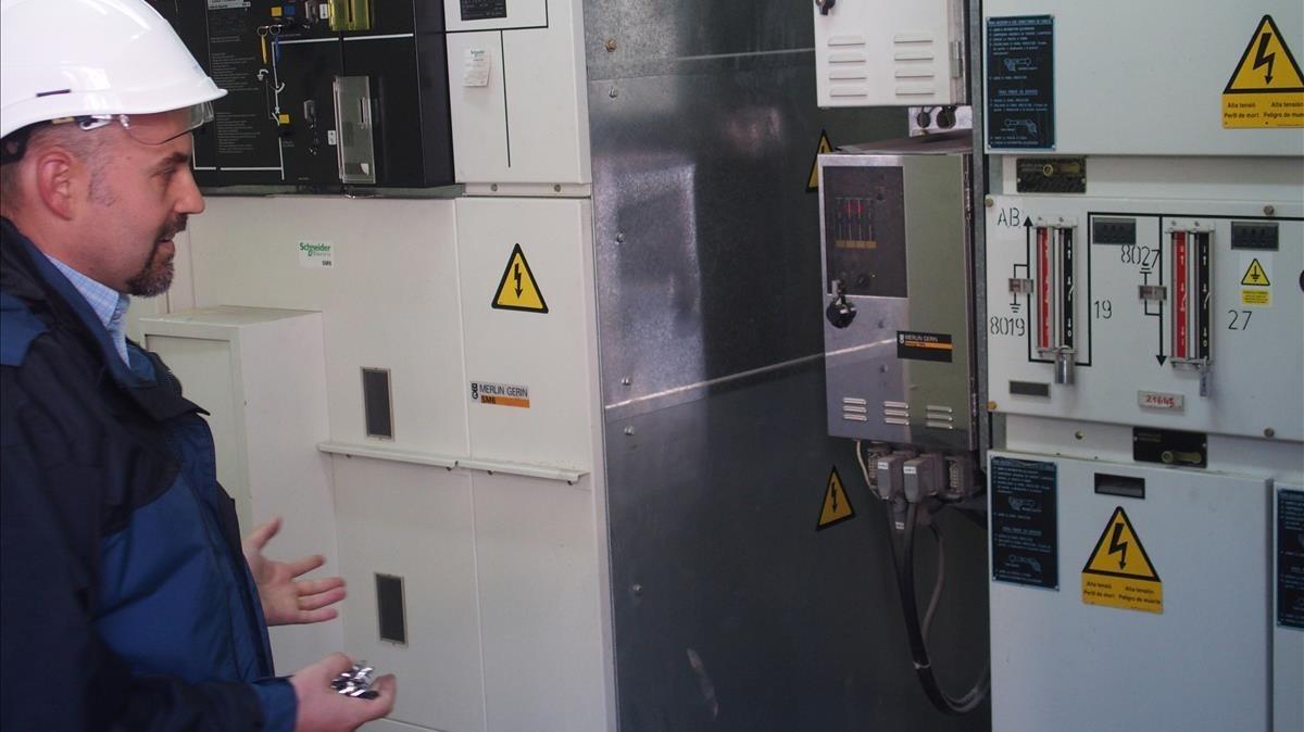 Un operario observa una estación automática de Endesa.
