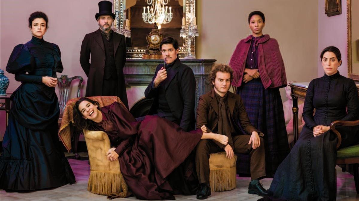 Los actores de Lhabitació del costat, de Sarah Ruhl, en una imagen promocional de la obra.
