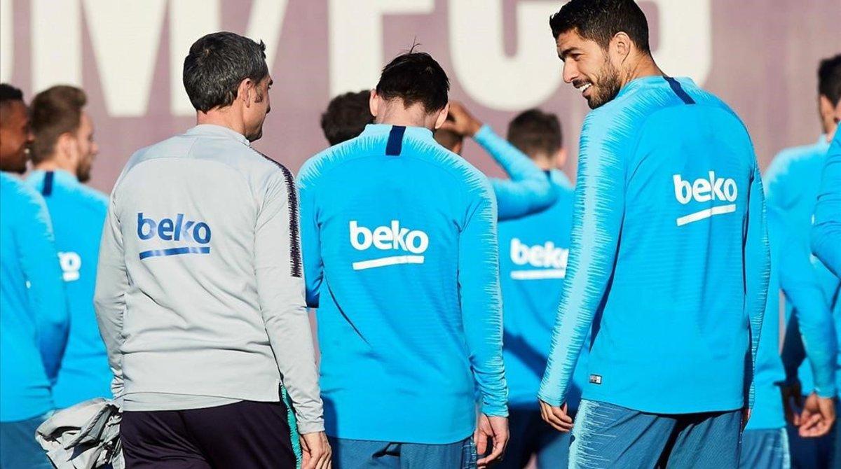 Ernesto Valverde y Luis Suárez conversan en presencia de Messi durante el entrenamiento.