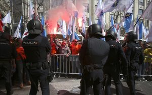 Incidentes durante la concentraciónde trabajadores de Alcoa frente al Congreso de los Diputados.