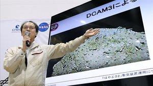 Un responsable de la agencia espacial japonesa explica la misión en Ryugu.