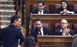 Primera provocació de Vox: Abascal s'asseu darrere de Sánchez al Congrés