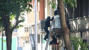 Els Bombers de Barcelona enutgen els Mossos al negar-se a despenjar una activista