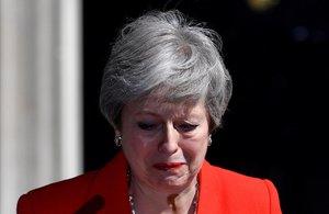 La primera ministra británica, Theresa May, emocionada tras anunciar que dimitirá el próximo 7 de junio, cuando empezará el proceso para elegir a su sucesor como líder del Partido Conservador y jefe del Gobierno del Reino Unido.