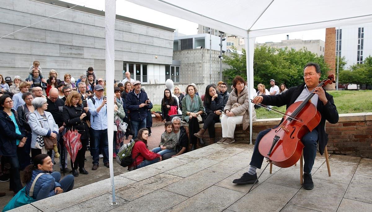Yo-Yo Ma interpretando a Bach en pleno Raval, en los jardines de Sant Pau del Camp.