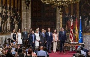 El nuevo gobierno valenciano que vuelve a encabezar Ximo Puig posa tras prometer sus cargos