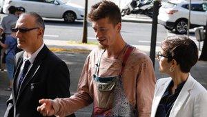 Tauri Ruusalu, en el centro, junto con su abogada, este miércoles antes de entrar en la Ciutat de la Justícia en Barcelona.