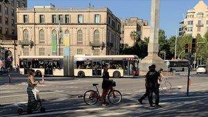 Agentes de la Urbana informando y sancionando (si es necesario) a los ciclistas del carril bici de la Diagonal, este jueves.