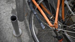 Soporte de bicicletas serrado en una calle de Barcelona.