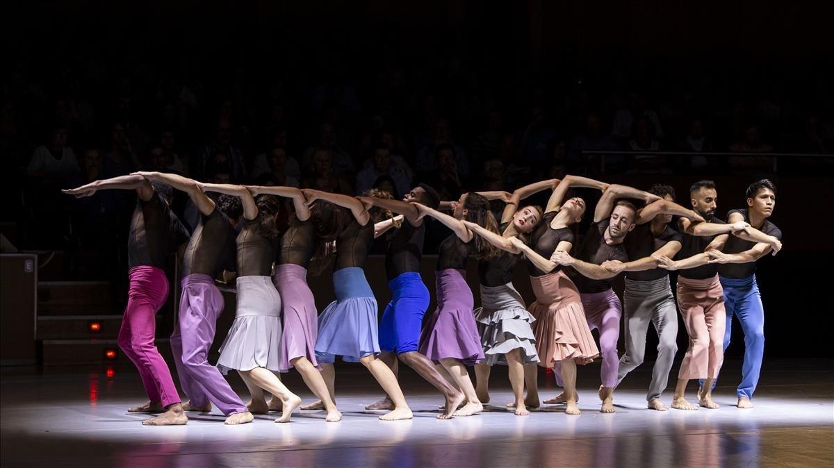 Losintérpretes de Crea Dance Company en un momento de lacoreografía de Maria Rovira inspirada en el célebre 'Réquiem' deMozart.