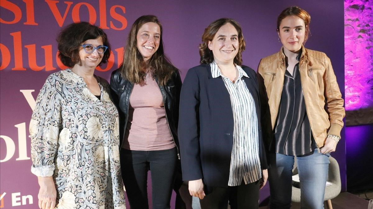 De izquierda a derecha, la candidata al Senado de En Comú Podem, Rosa Lluch, la candidata en Girona, Laura López, la líder de los 'comuns' y alcaldesa de BCN, Ada Colau, y la politóloga Gemma Ubasart, este 5 de noviembre