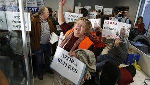 Més de 200 persones protagonitzen una massiva ocupació contra el fons immobiliari Azora