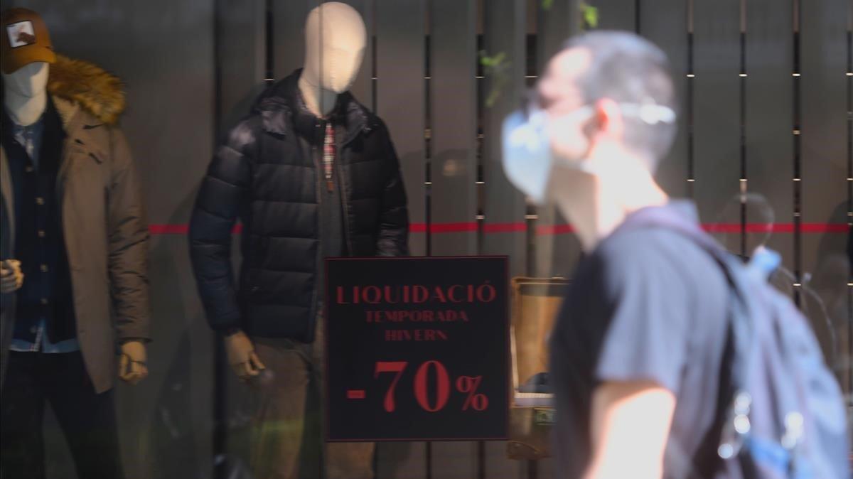 Algunas tiendas de moda del centroanunciaban ofertas en sus escaparates