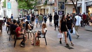 Ambiente en el Eix Comercial de Lleida, cerca de la plaza de Sant Joan, el sábado pasado.