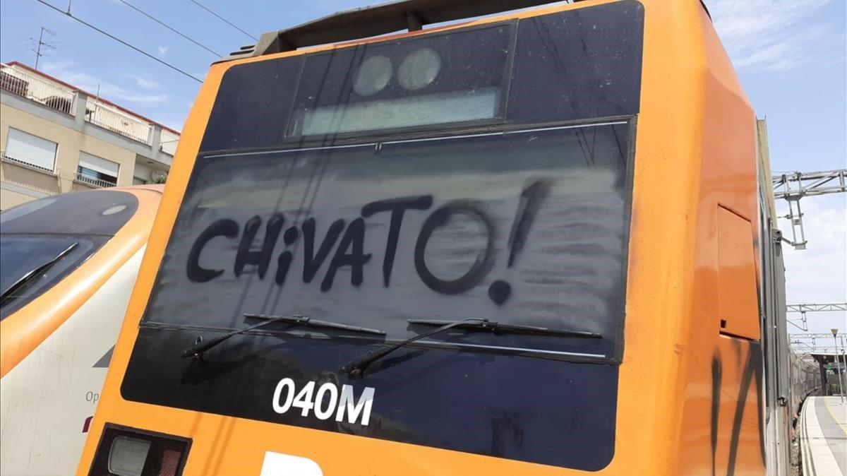 Uns grafiters aturen un tren a Gavà i obliguen a desallotjar 100 passatgers