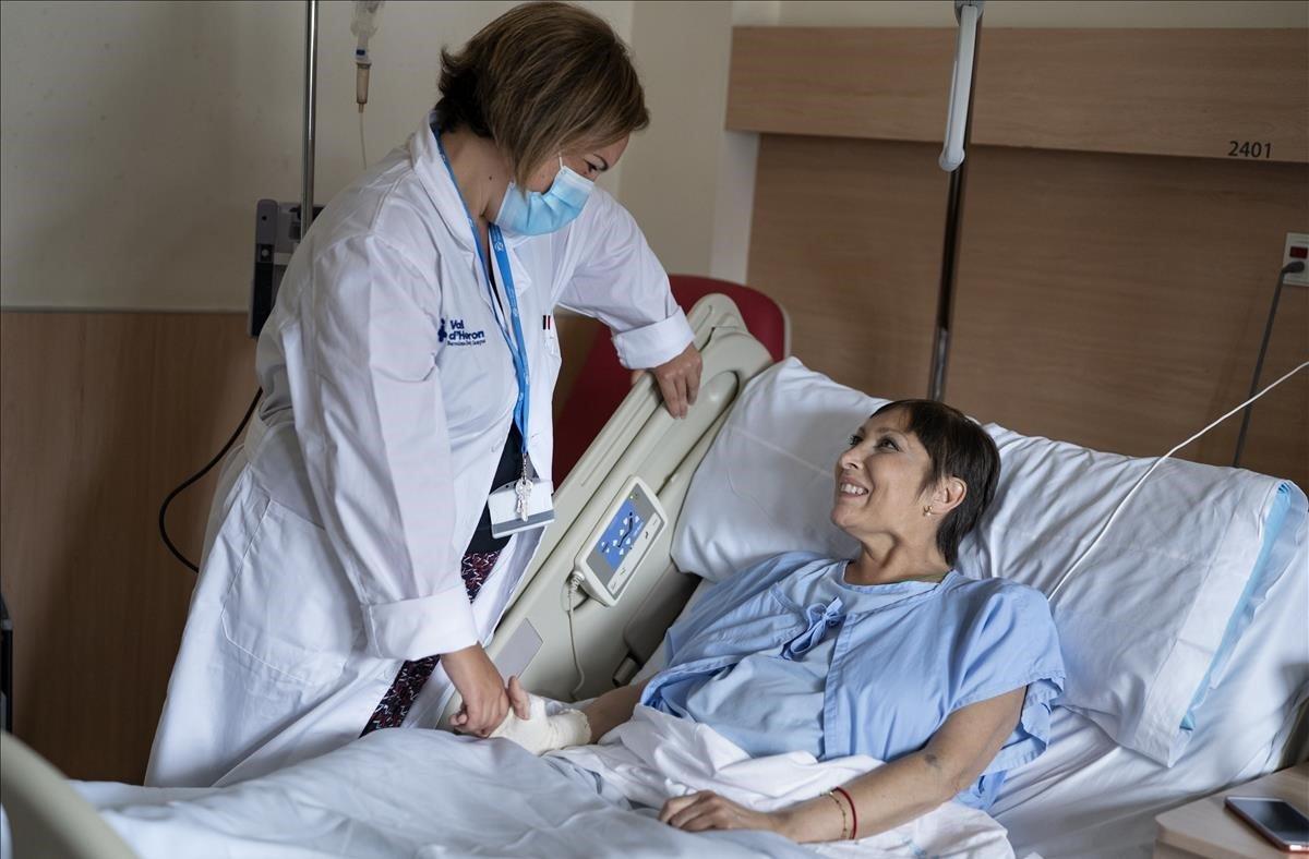 La doctora Patricia Gómez atiende a la paciente Claudia Cardojo en la nueva unidad oncológica del Pere Virgili.