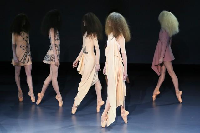 La escenográfia del desfile de Viktor&Rolf sorprendió con bailarinas de ballet profesionales en vez de modelos.