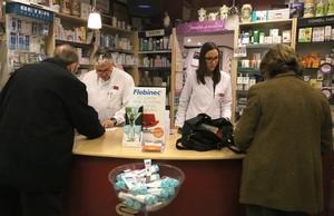 Francesc y Jordina, en el mostrador de la farmacia Marín, en la calle de Manila, en Pedralbes.
