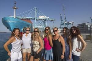 Mujeres que protestan por la negativa del puerto de Algeciras a contratar estibadoras.