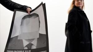 zentauroepp42243617 a woman walks past a person holding a photograph part of th180222090821