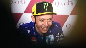 Valentino Rossi sonrie en la conferencia de prensa de hoy, en Doha (Catar), donde anunció su continuidad.