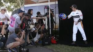 Fernando Alonso posa para los fotógrafos en el GP de Australia.
