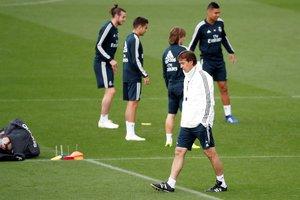 Julen Lopetgui, entrenador del Real Madrid, pensativo durante el entrenamiento de este viernes.