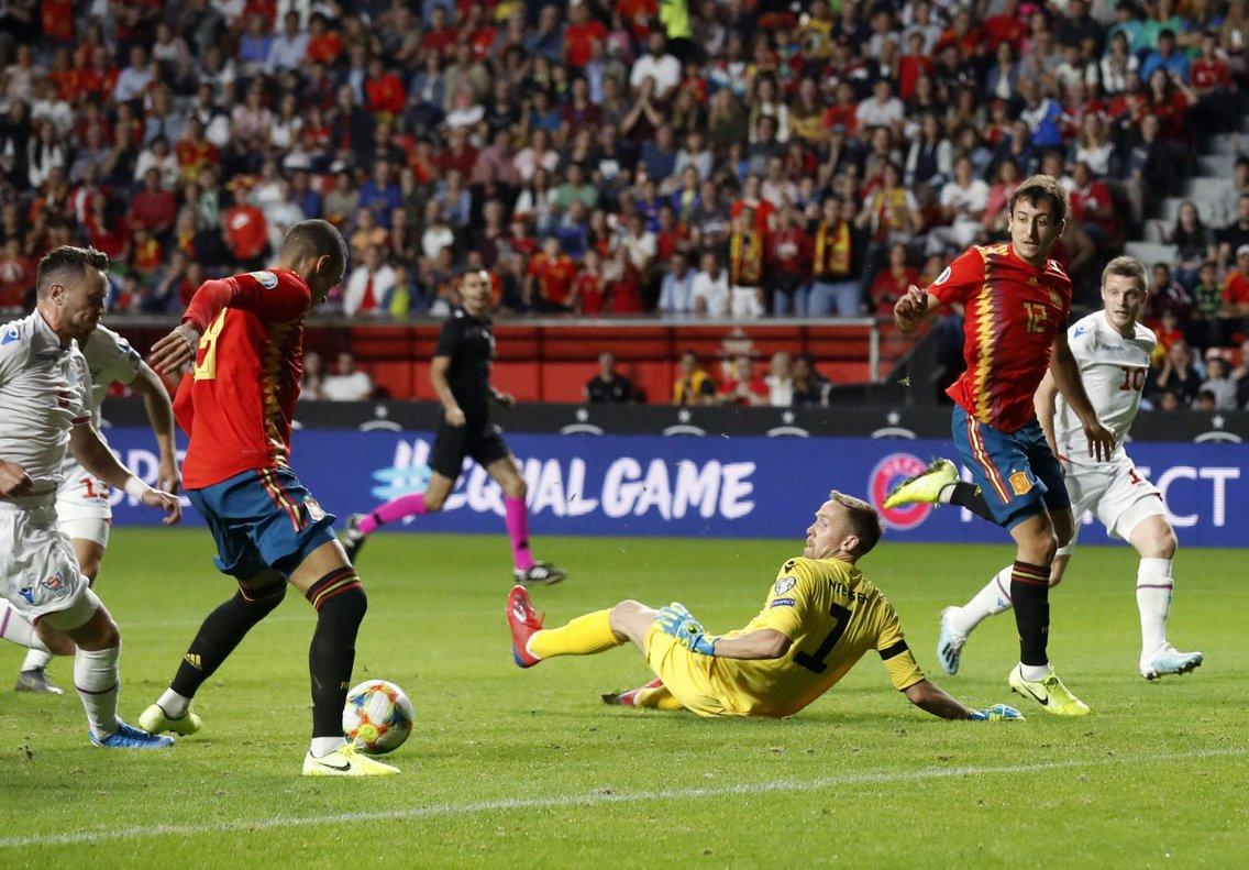 Rodrigo Moreno remata para conseguir el 1-0 ante Islas Feroe.