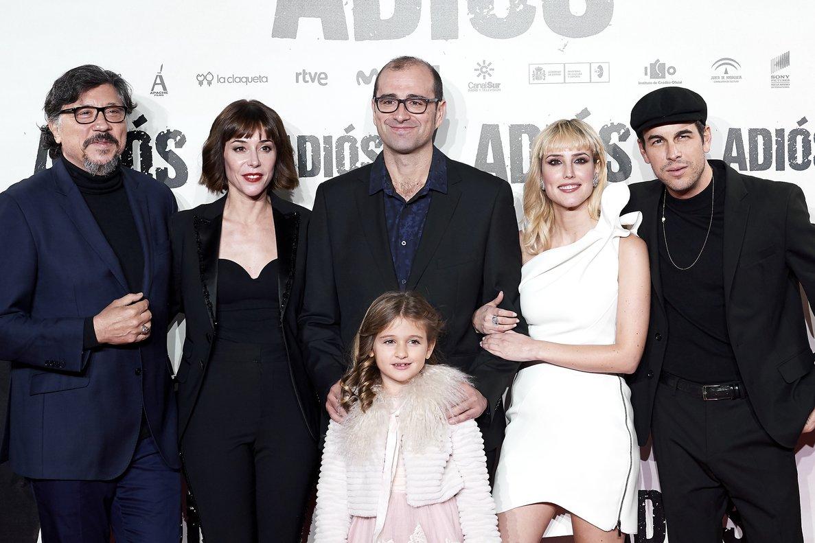 Paco Cabezas, en el centro, con los actores de 'Adiós'.