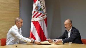 Gaizka Garitano (i) en la firma de su renovación junto al presidente del Athletic, Aitor Elizegi.