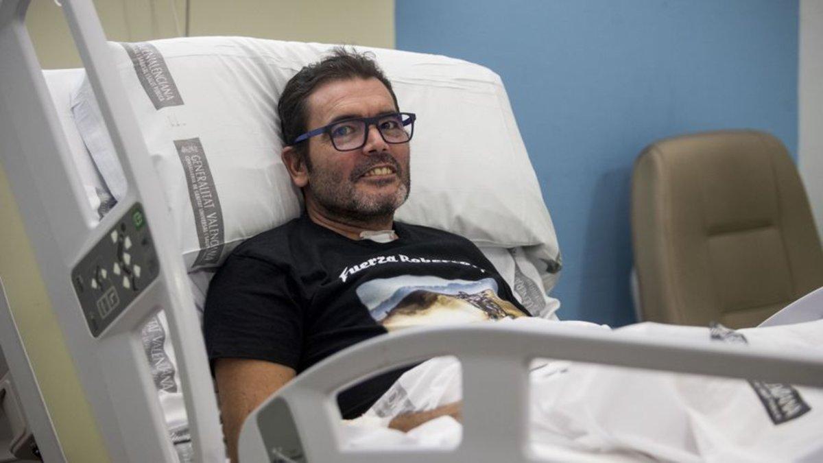 Roberto Mañez, en el hospital La Fe con la camiseta que le ha diseñado un amigo motero
