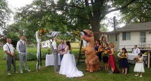 Una dama d'honor es presenta disfressada de T-Rex al casament de la seva germana