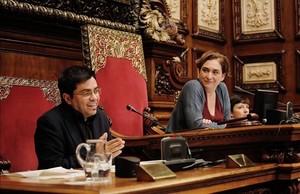 Ada Colau yGerardo Pisarello durante el pleno del Ayuntamiento del pasado martes.