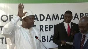 Adama Barrow jura el cargo de presidente de Gambia, en la embajada de su país en Dakar (Senegal), este jueves.