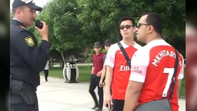 Aficionados del Arsenal, identificados por vestir la camiseta de Mkhitaryan.