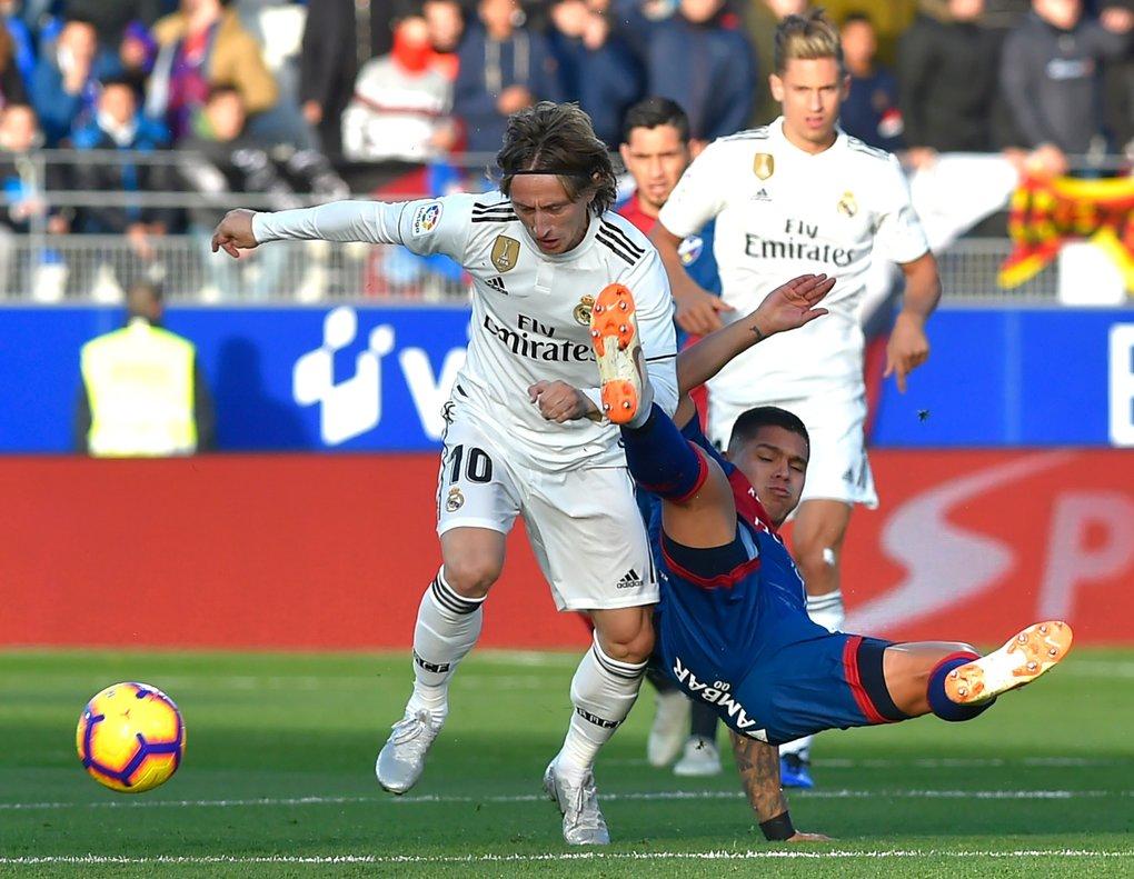 Modric se lleva un balón en el partido ante el Huesca.