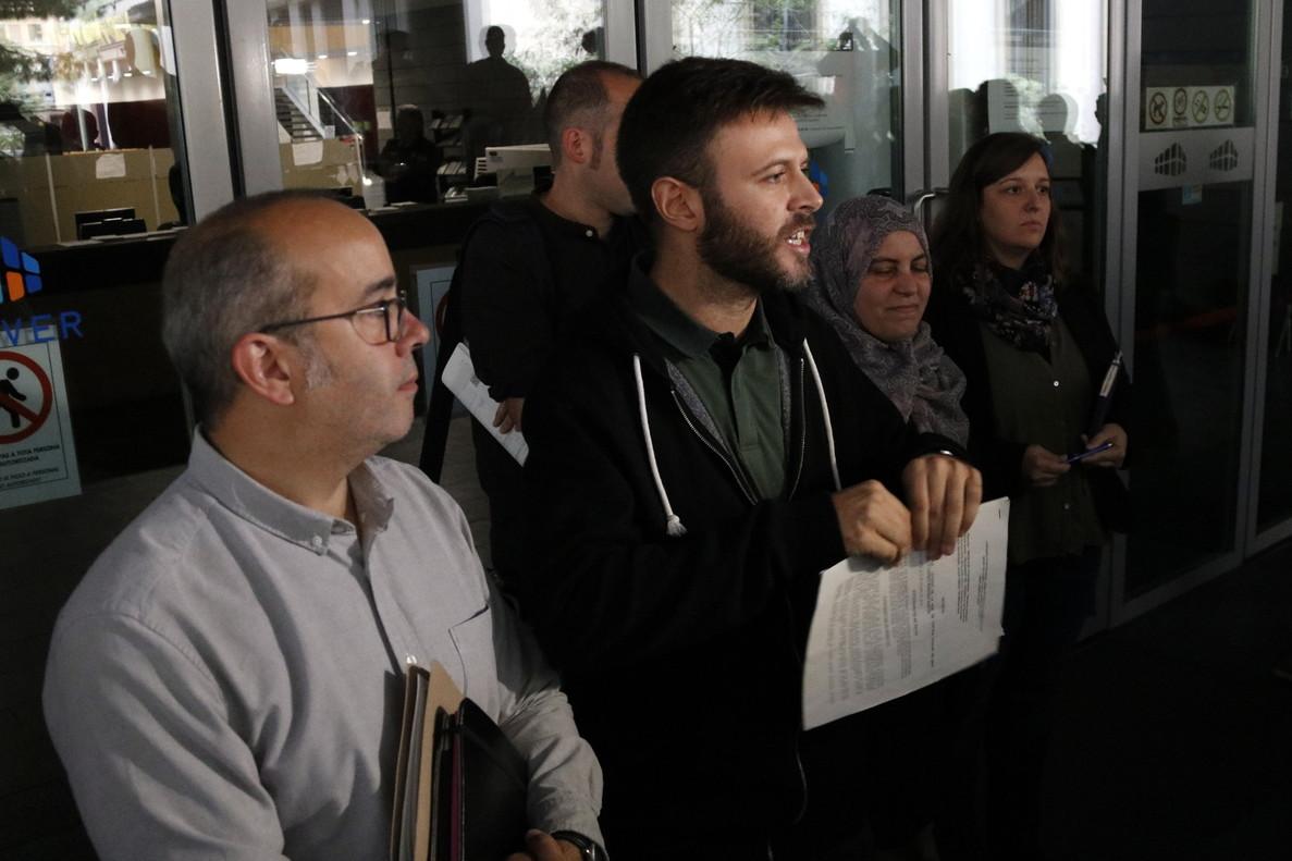 El alcalde accidental de Badalona, Oriol Lladó (i), y el tercer teniente de alcalde, Josep Téllez, rompen la resolución judicial que les impedía abrir el 12 de octubre, el año pasado.
